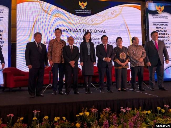 Para Pembicara dalam Seminar Nasional Reformasi Hukum: Menuju Peraturan Perundangan-undangan yang Efektif dan Efisien, di Hotel Grand Hyatt, Jakarta, Rabu, 28 November 2018. (Foto: VOA/Ghita).