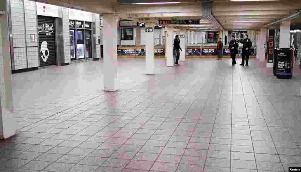 """პოლიცია ნიუ იორკის მეტროს ამოწმებს. """"სენდი"""" შესაძლოა ამერიკის ისტორიაში უდიდეს ქარიშხალად იქცეს. 28 ოქტომბერი, 2012"""
