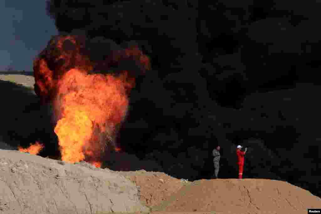 이라크 키르쿠크 외곽 지역의 유전지대에서 연기가 치솟고 있다.