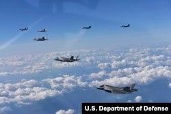 31일 미한 공군 연합 항공차단 작전에서 한국 공군 F-15K 전투기와 미국 해병대 F-35B 스텔스 전투기가 함께 비행하고 있다.