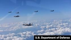 美国海军陆战队的F-35隐形战机和韩国F-15K战斗机在韩国上空飞翔。美国派出6架最先进战机飞赴韩国,参加美韩轰炸实弹演习。其中包括两架B-1B超音速轰炸机和四架F-35隐形战机。韩国有四架F-15战机参加这次演习。(2017年8月31日)
