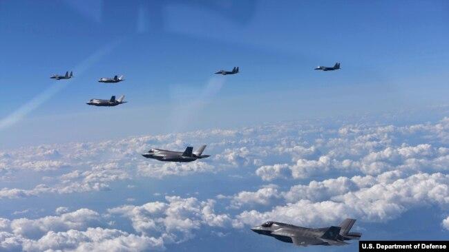 编队演习威慑朝鲜的美国B-1B轰炸机与F-35战机(14图)