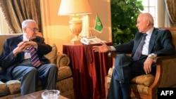 Sekjen Liga Arab, Jendral Nabil al-Arabi (kanan) dan utusan perdamaian PBB-Liga Arab Lakhdar Brahimi (kiri) di Kairo berdiskusi terkait situasi di Suriah (12/11). Liga Arab menyambut baik terbentuknya organisasi oposisi baru Suriah.