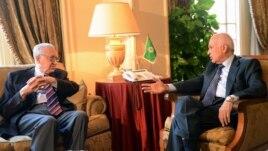 Արաբական պետությունների լիգայի ղեկավար Նաբիլ էլ-Արաբին (աջից) բանակցություններ է անցկացրել խաղաղության միջազգային հանձնակատար Լախդար Բրահիմիի հետ (ձախից)