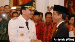 Presiden Joko Widodo melantik Basuki Tjahaya Purnama (Ahok) sebagai Gubernur DKI Jakarta periode 2012-2017 di Istana Negara, Rabu, 19 November 2014 (Foto: VOA/Andylala).