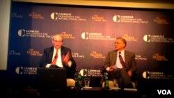 Pakar politik William Liddle (kiri) saat memberikan presentasinya mengenai Pemilu Indonesia didampingi moderator Vikram Nehru, peneliti senior di Carnegie Endowment for International Peace, di Washington DC, 24/4/2014 (Foto: VOA/ Ika Inggas).