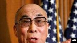 达赖喇嘛在坛城法座上说法