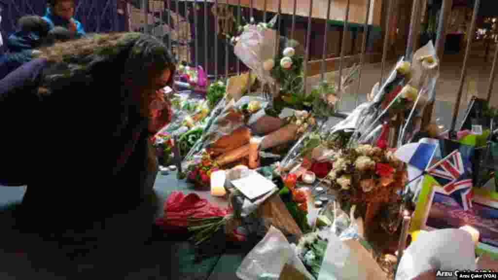 Mourners at a memorial in Paris, Nov 14, 2015 (VOA/Arzu Çakır).
