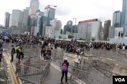 香港立法會周邊道路上的路障 (美國之音記者申華拍攝)