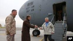 Menteri Pertahanan Amerika Chuck Hagel disambut Duta Besar Amerika James B. Cunningham di Kabul, Sabtu, 7 Desember 2013.