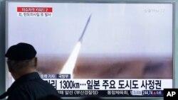 یک مرد در حال تماشای تصاویر تلویزیونی اقدام موشکی روز جمعه کره شمالی.