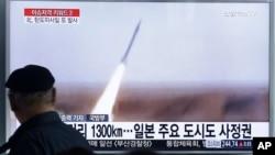 Một người đàn ông đang xem truyền hình chiếu cảnh phóng phi đạn của Bắc Triều Tiên, tại một nhà ga ở Seoul, Nam Triều Tiên, ngày 18/3.