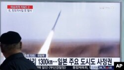 Warga Seoul, Korea Selatan menonton TV yang menyiarkan peluncuran misil Korut (foto: dok). Korea Utara dilaporkan telah meluncurkan lagi misil balistik dari pantai timur negara itu hari Jumat siang (1/4).