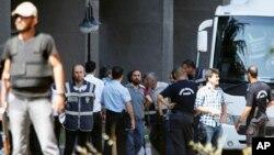 Anggota militer yang diduga terlibat dalam upaya kudeta yang gagal, dikawal oleh polisi setibanya di Justice Palace di Ankara, Turki, 18 Juli 2016. (Foto: dok).