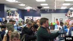 Para pengunjung menyerbu salah satu toserba di Amerika pada hari 'Jumat Hitam' (25/11).
