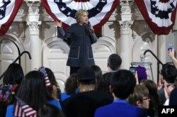 Ngoại trưởng Mỹ Hillary Clinton ngày càng gia tăng khoảng cách, bỏ xa Thượng nghị sĩ Vermont Bernie Sanders, với tỷ lệ 55% so với 38%.