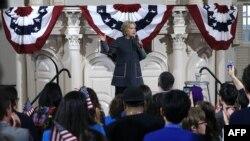 希拉里·克林頓星期一在波斯頓向她的支持者發表講話。