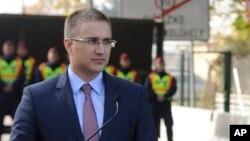 Bộ trưởng Nội vụ Nebojsa Stefanovic hôm nay nói những nghi can này gồm có một cựu bộ trưởng, các giới chức cấp cao, một số thị trưởng đương nhiệm và về hưu.