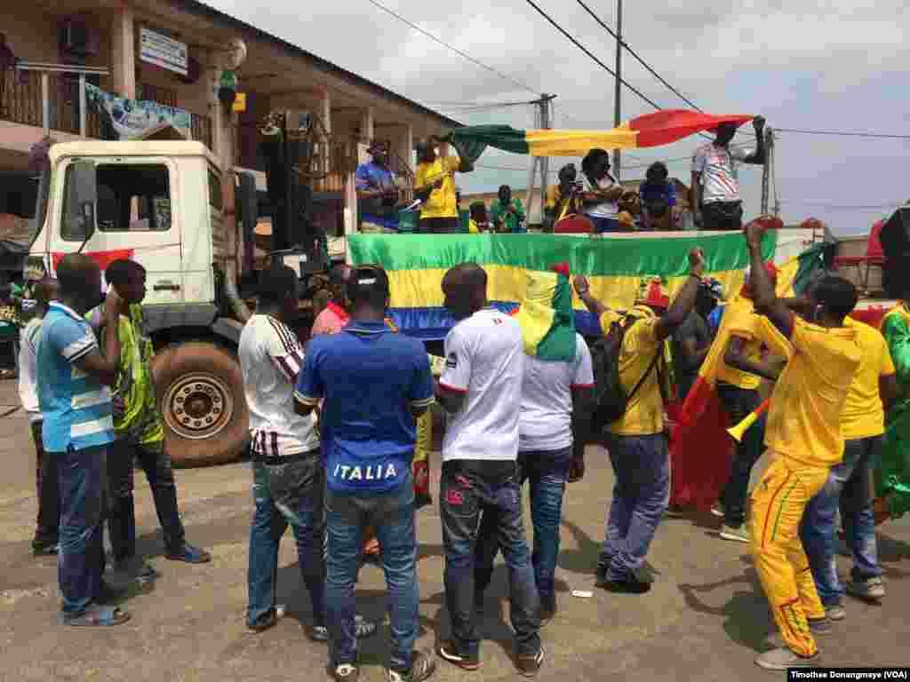 Mashabiki wa Mali washerehkea katika mji wa Port-Gentil kabla ya mchuano wa timu yao siku ya Jumane Januari 16 2017. (VOA/ Timothée Donangmaye)