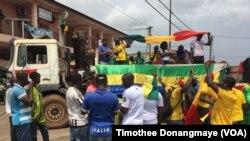 Des supporters du Mali dans les rues de Port-Gentil avant le match du groupe D, au Gabon, le 17 janvier 2017. (VOA/ Timothee Donangmaye)