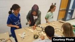 Wita Salim saat mengajarkan proses membatik kepada anak-anak di Washington, D.C. (dok: Wita Salim)