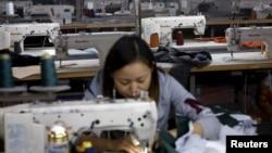 北京一名時裝工人正在工廠趕工資料照。