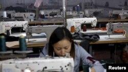 一名中国女工在成衣厂工作(资料图)