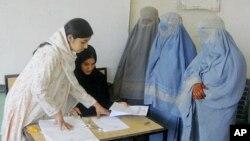 نظرسنجی پیوست حاکی است که ۱۷ درصد زنان و ۸۳ درصد مردان در سراسر افغانستان کارت رای دهی اخذ کرده اند.