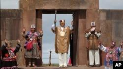 Evo Morales alza el bastón de mando durante la ceremonia ritual andina, el miércoles, 21 de enero de 2015.