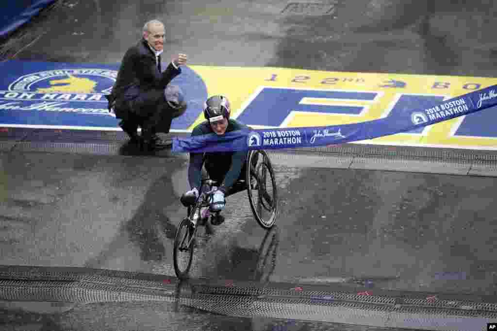 Американка Татьяна Макфадден пересекает финишную черту. Она - победительница марафона в зачете на колясках для людей с особенностями здоровья(AP Photo/Charles Krupa)