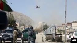 واقعے کے بعد کابل پر ہیلی کاپٹر گشت کر رہا ہے جب کہ اس مکان سے دھواں اٹھ رہا ہے جہاں سے مبینہ طور پر حملہ آوروں نے راکٹ برسائے تھے۔