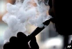 전자담배를 피우고 있는 남성. (자료사진)