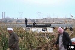 Kerabat korban kapal terbalik berkumpul di tepi Danau Mariout, 20 kilometer barat kota Alexandria, Mesir, 23 Februari 2021, saat tim SAR melakukan operasi pencarian korban.