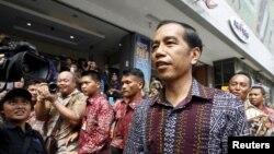 Presiden Joko Widodo mengunjungi pusat perbelanjaan Sarinah menyusul serangan senjata dan bom, Januari 2016. (Reuters/Garry Lotulung)