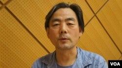旅居广岛的中国人导演班忠义形容广岛人既非常爱和平,也受全国舆论影响(美国之音歌篮拍摄)