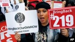 """Penyanyi dan penulis lagu Alicia Keys bergabung dengan para demonstran lain dalam kampanye """"Bring Back Our Girls"""" di depan konsulat Nigeria di New York (14/10). (AP/Kathy Willens)"""