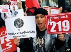 """Alicia Keys junta-se aos manifestantes pela campanha """"Bring Back Our Girls"""" em frente ao conuslado da Nigéria em Nova Iorque. Out. 14, 2014"""
