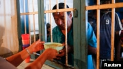 Un hombre recibe un plato de sopa en el comedor para pobres Madre Teresa de Calcuta, en Caracas.