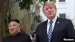 Archivo - El presidente de EE.UU., Donald Trump, (derecha) y el líder de Corea del Norte, Kim Jong Un, durante la cumbre celebrada el 28 de febrero en Hanoi, Vietnam.