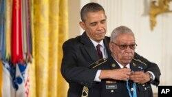 美國總統奧巴馬3月18日為24名少數族裔退伍軍人頒發榮譽勳章﹐圖中奧巴馬為莫里斯佩帶勳章。