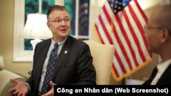 """Đại sứ Mỹ tại Hà Nội Daniel Kritenbrink, trong cuộc trả lời phỏng vấn báo Công an Nhân dân hôm 31/10, nói rằng Việt Nam là trọng tâm trong chiến lược ở khu vực của Mỹ và có thể """"tin tưởng"""" vào Washington. (Ảnh chụp màn hình Công an Nhân dân)"""