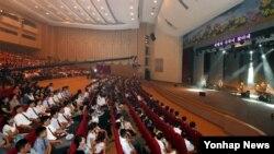 지난 19일 북한 평양 봉화예술극장에서 슬로베니아 록밴드 '라이바흐'(Laibach)의 공연이 펼쳐지고 있다.