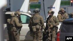 Anggota unit taktis Royal Canadian Mounted Police (RCMP) berunding terkait aksi penembakan yang mematikan, Nova Scotia, Kanada, 19 April 2020. (Foto: AFP)