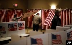 Cử tri đi vào phòng phiếu trong cuộc bầu cử sơ bộ ở thành phố Nashua, bang New Hampshire, ngày 9 tháng 2, 2016.
