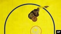 LeBron James (23) des Cavaliers de Cleveland fait un « dunk» contre les Warriors de Golden State au cours de la première mi-temps du deuxième match de la finale NBA de basket-ball à Oakland, en Californie, 5 juin 2016. (AP Photo / Marcio J. Sanchez, Pool)