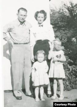 아버지의 한국전 참전 직전 촬영된 재니스 쿠란씨 가족 사진.