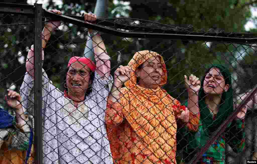 مظاہرین اور بھارتی فورسز کے درمیان جھڑپوں میں کم از کم 28 افراد ہلاک جب کہ 200 سے زائد زخمی ہوئے۔
