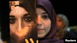 Une libyenne militant contre les violences visant les femmes
