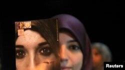 """""""Ensemble contre la violence contre les femmes"""". Manifestations, Benghazi, le 25 novembre 2012."""