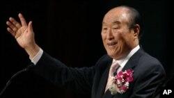 """지난 2005년 뉴욕집회에서 """"이제 하나님의 시간입니다."""" 주제로 연설하는 통일교 창시자 문선명 총재의 생전 모습(자료사진)"""